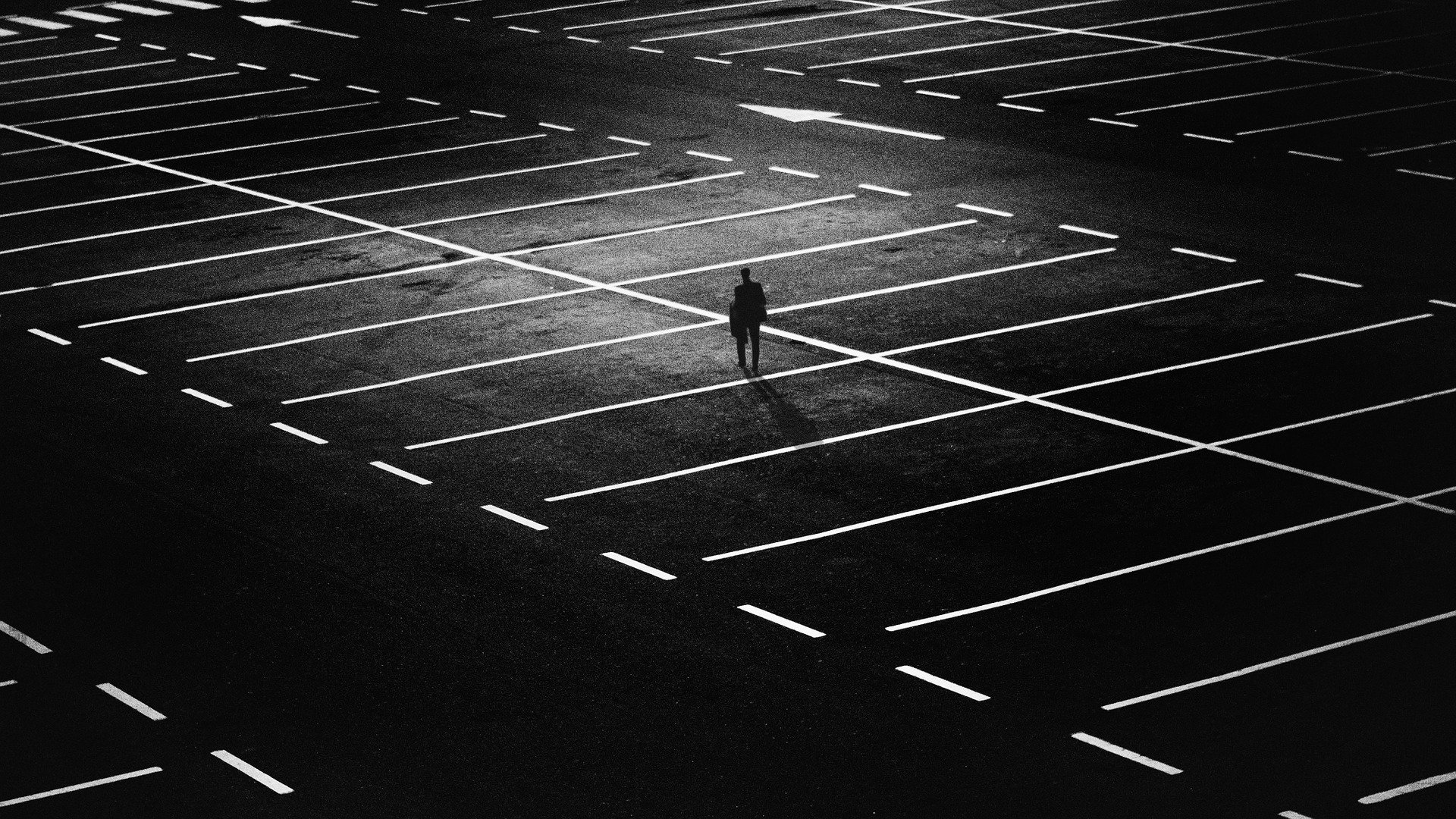 Uomo solo in un parcheggio - Solitudine
